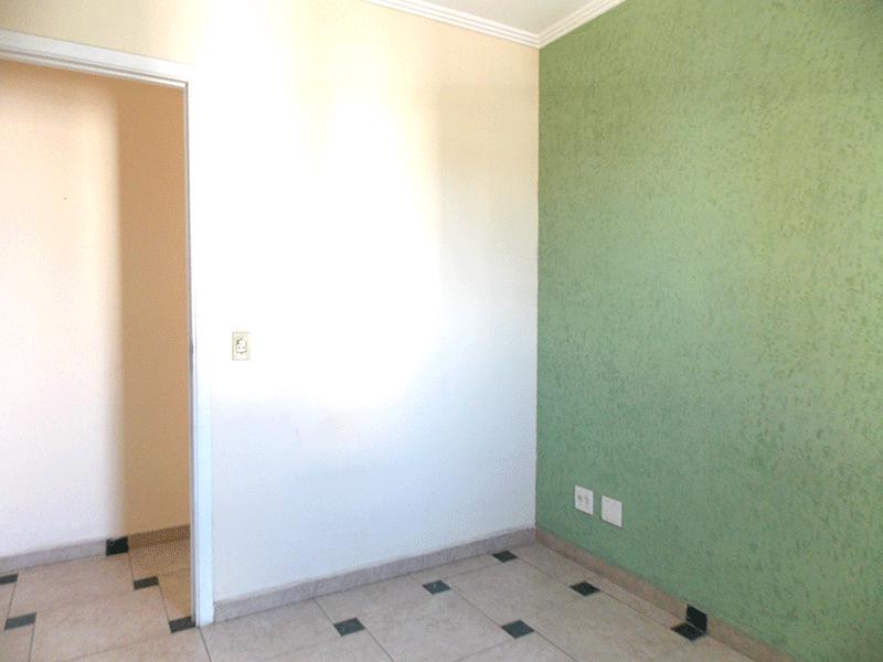 Sacomã, Apartamento Padrão-3º dormitório com piso de cerâmica, armários embutidos e teto com moldura de gesso.
