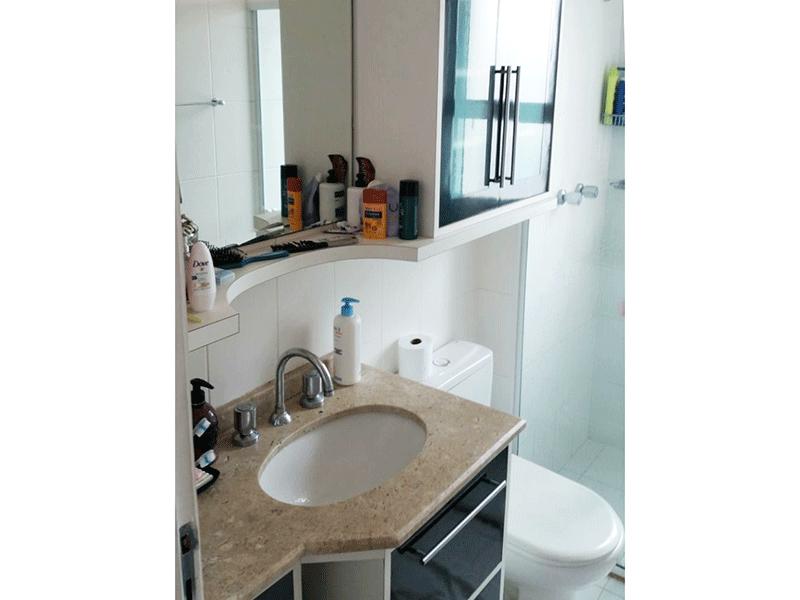 Ipiranga, Apartamento Padrão-Banheiro social com piso de cerâmica, pia com cuba sobreposta, gabinete e box de vidro.