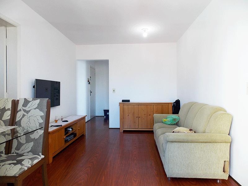 Jabaquara, Apartamento Padrão-Sala com dois ambientes, piso carpete de madeira e acesso à varanda.