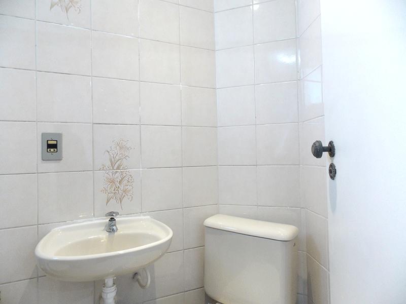 Jabaquara, Apartamento Padrão-Lavabo com piso de cerâmica, pia de porcelana e teto com moldura de gesso.