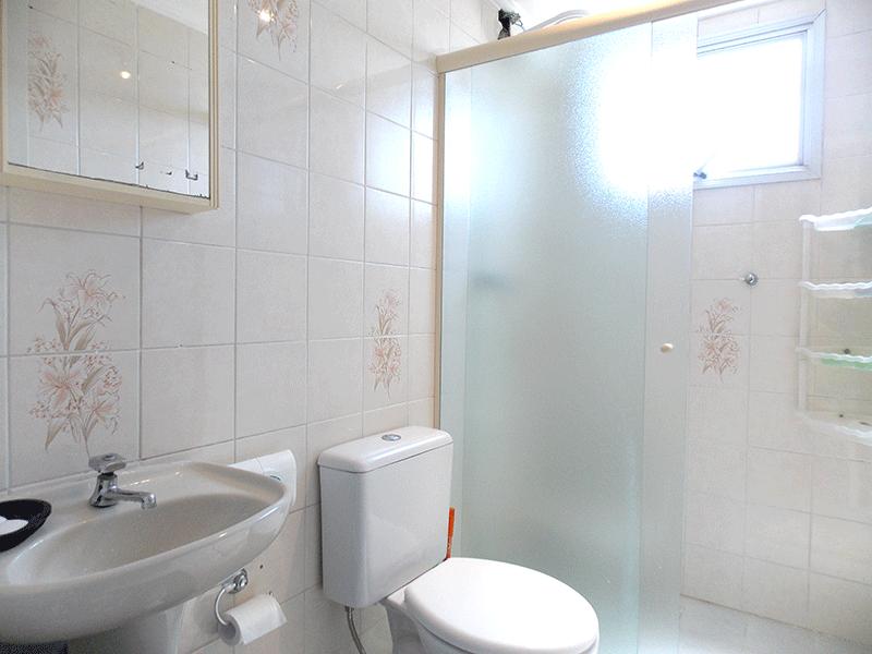 Jabaquara, Apartamento Padrão-Banheiro social com piso de cerâmica, pia de porcelana, box de vidro e teto com moldura de gesso.