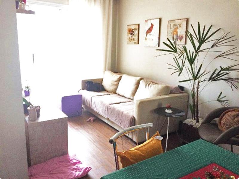 Ipiranga, Apartamento Padrão - Sala com dois ambientes, piso vinilico, teto com moldura de gesso e acesso à varanda.