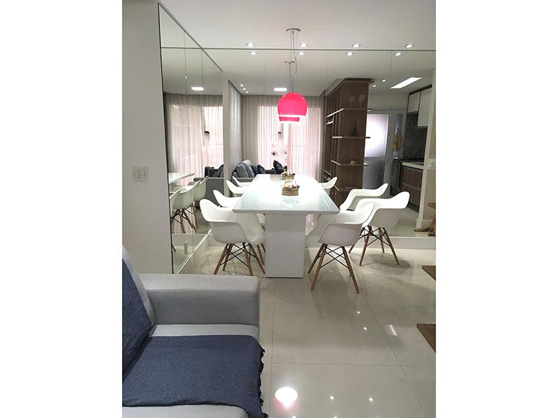 Ipiranga, Apartamento Padrão - Sala com dois ambientes, piso de porcelanato, teto rebaixado, iluminação embutida e acesso à varanda.