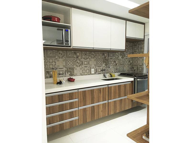 Ipiranga, Apartamento Padrão-Cozinha com piso de porcelanato, pia nanoglass, armários planejados, teto rebaixado, iluminação embutida e porta de vidro na passagem para a área de serviço.