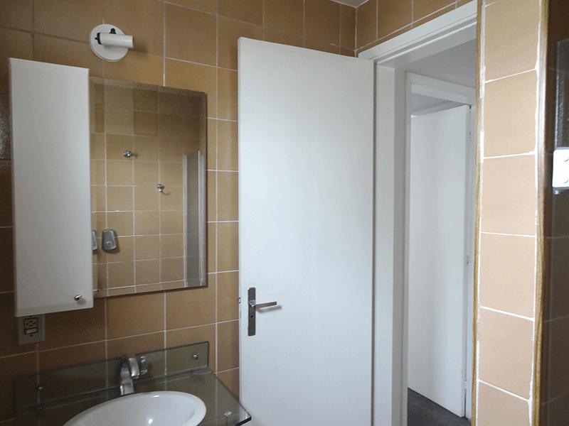 Sacomã, Apartamento Padrão-Banheiro social com piso de cerâmica, pia de vidro, gabinete, box de vidro.
