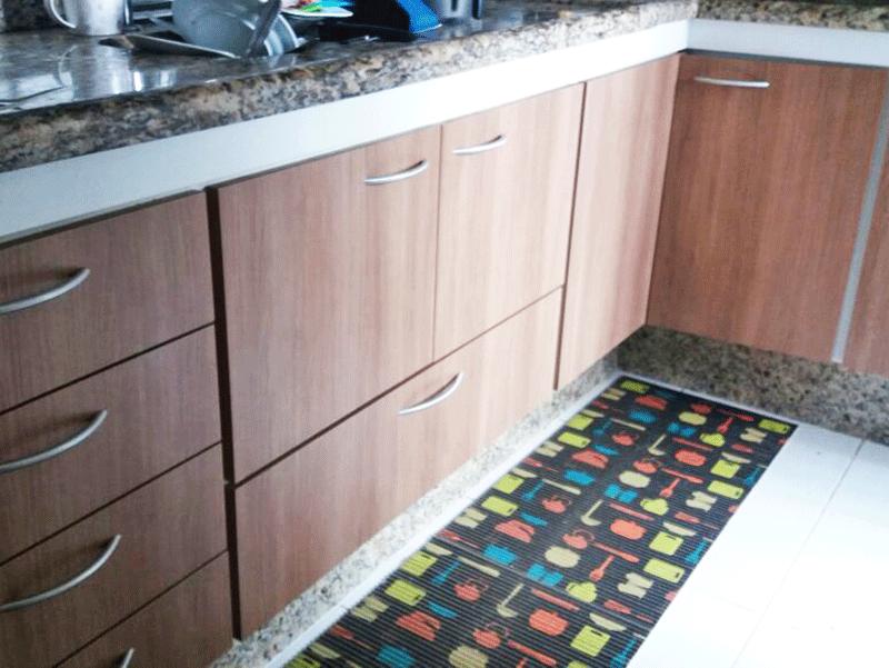 Sacomã, Apartamento Padrão-Cozinha com piso de cerâmica, pia de granito, armários planejados e porta de vidro na passagem para a área de serviço.