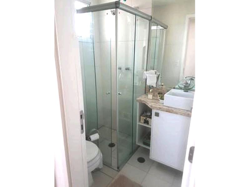 Ipiranga, Apartamento Padrão-Banheiro social com piso de cerâmica, pia com bancada de mármore, cuba sobreposta, gabinete e box de vidro.