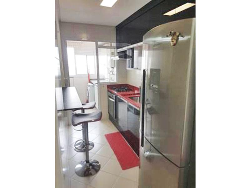 Ipiranga, Apartamento Padrão-Cozinha com piso de cerâmica, pia com gabinete, armários planejados e porta de alumínio na passagem para a área de serviço.