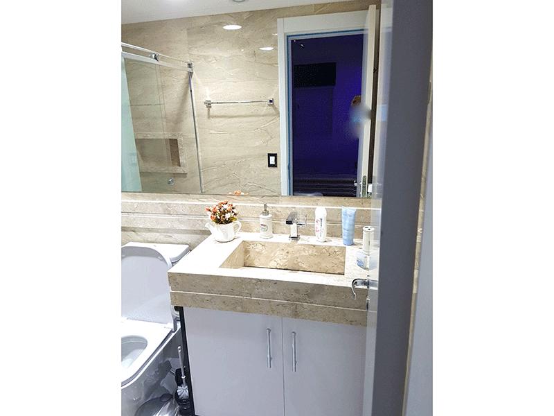 Ipiranga, Apartamento Padrão-Banheiro da suíte com piso de porcelanato, pia de mármore, gabinete, box de vidro, teto rebaixado e iluminação embutida.