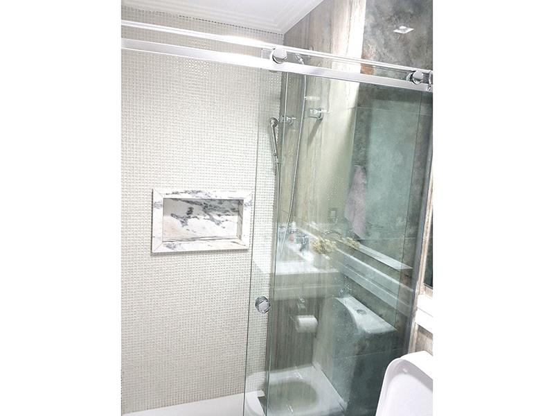 Ipiranga, Apartamento Padrão-Banheiro social com piso de porcelanato, pia de mármore, gabinete, box de vidro, teto rebaixado e iluminação embutida.