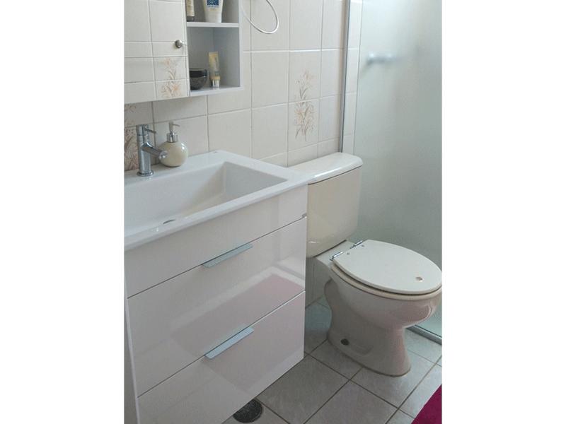 Jabaquara, Apartamento Padrão-Banheiro social com piso de cerâmica, pia sintética, gabinete, box de vidro e teto com moldura de gesso.