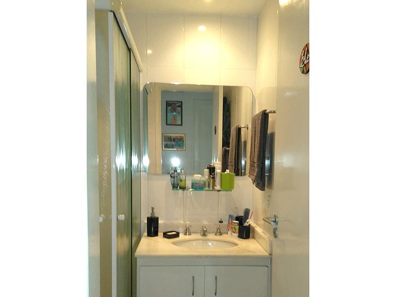 Sacomã, Apartamento Padrão-Banheiro da suíte com piso de cerâmica, pia de mármore e box de vidro.