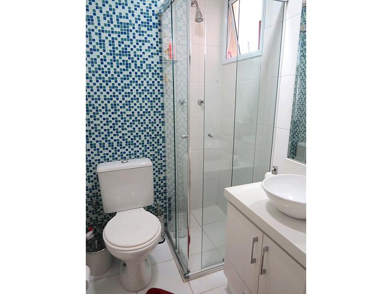 Sacomã, Apartamento Padrão-Banheiro da suíte com piso de cerâmica, pia com bancada de granito, cuba sobreposta, gabinete e box de vidro.