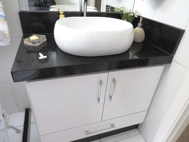 Sacomã, Apartamento Padrão-Banheiro social com piso de cerâmica, pia com bancada de granito, cuba sobreposta, gabinete e box de vidro.