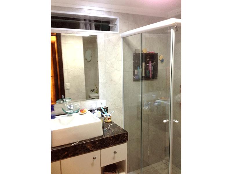 Ipiranga, Apartamento Padrão-Banheiro social com piso de cerâmica, pia com bancada de mármore, cuba sobreposta, gabinete, box de vidro e teto com moldura de gesso.
