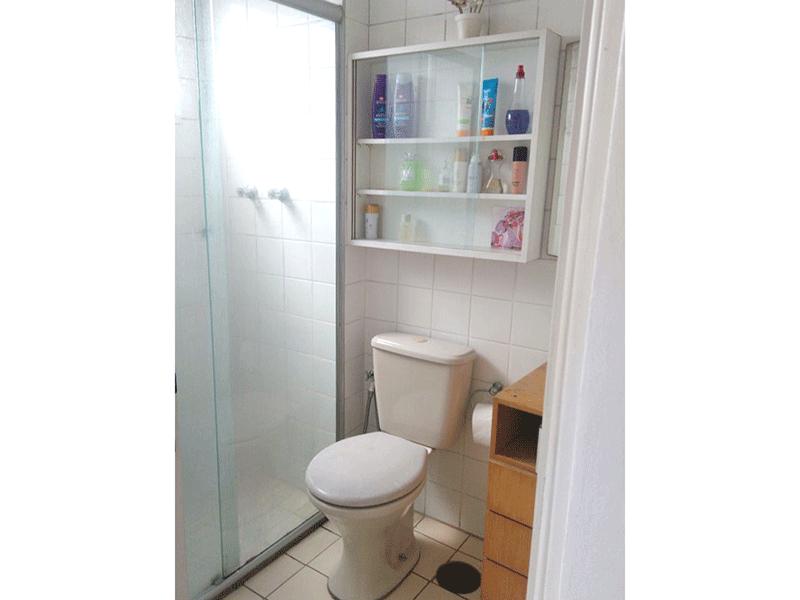 Sacomã, Apartamento Padrão-Banheiro da suíte com piso de cerâmica, box de vidro e pia com gabinete.