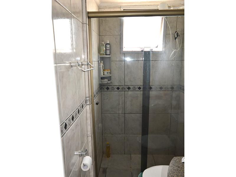 Sacomã, Apartamento Padrão-Banheiro social com piso de cerâmica, pia de granito, gabinete e box de vidro.