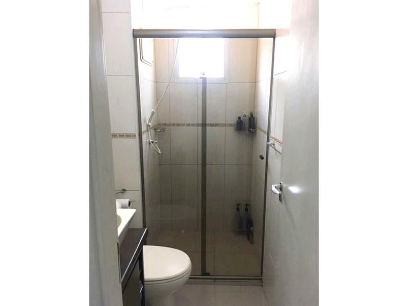 Sacomã, Apartamento Padrão-Banheiro social com piso de cerâmica, pia com cuba sobreposta, gabinete e box de vidro.