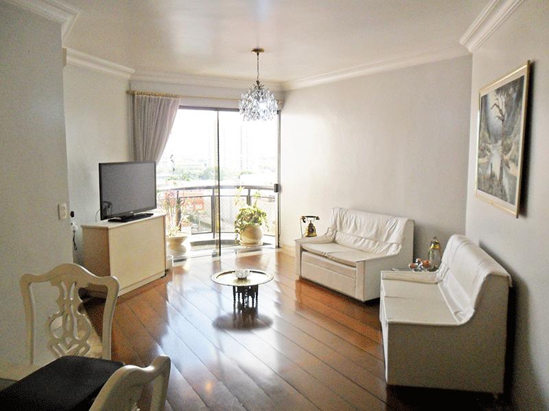Ipiranga, Apartamento Padrão - Sala com dois ambientes, piso tábua de madeira, teto com moldura de gesso e acesso à sacada.