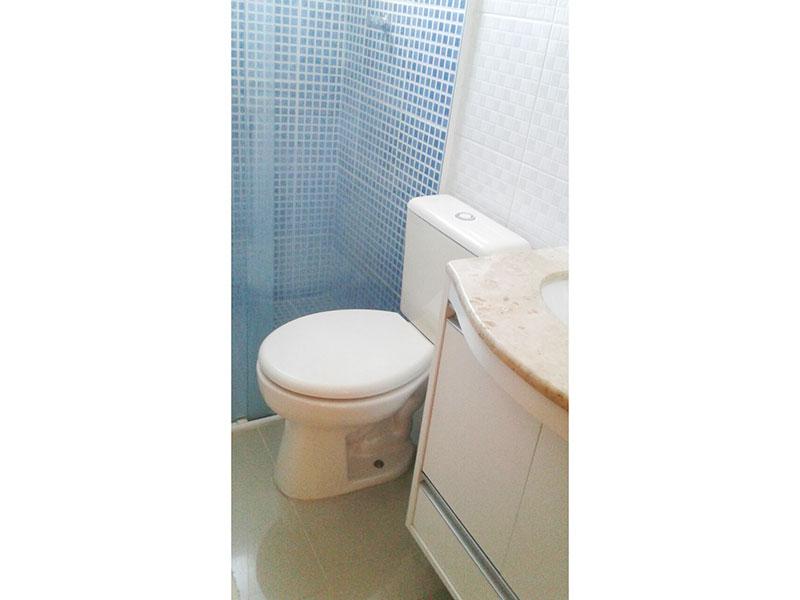 Sacomã, Apartamento Padrão-Banheiro social com piso de porcelanato, pia de granito com gabinete e box de vidro.