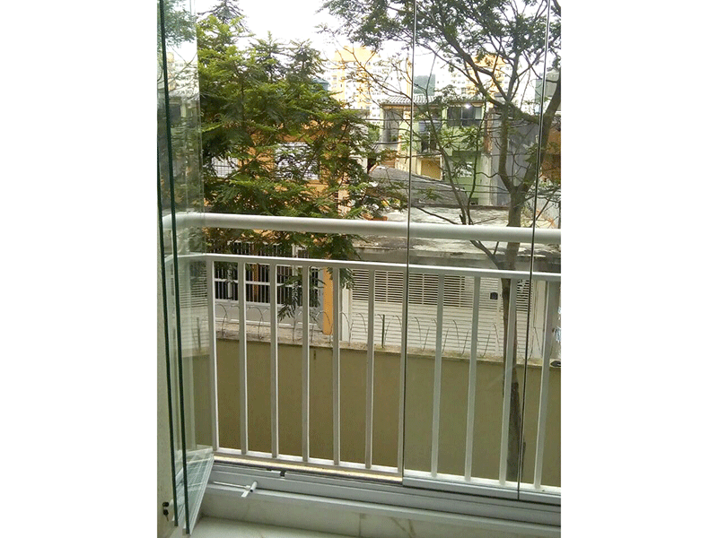 Sacomã, Apartamento Padrão-Varanda envidraçada com piso de porcelanato, pia de granito e churrasqueira.