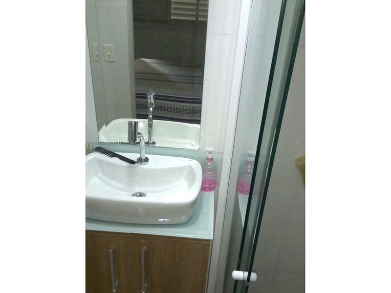 Sacomã, Apartamento Padrão-Banheiro da suíte com piso de porcelanato, pia com cuba sobreposta com gabinete e box de vidro.