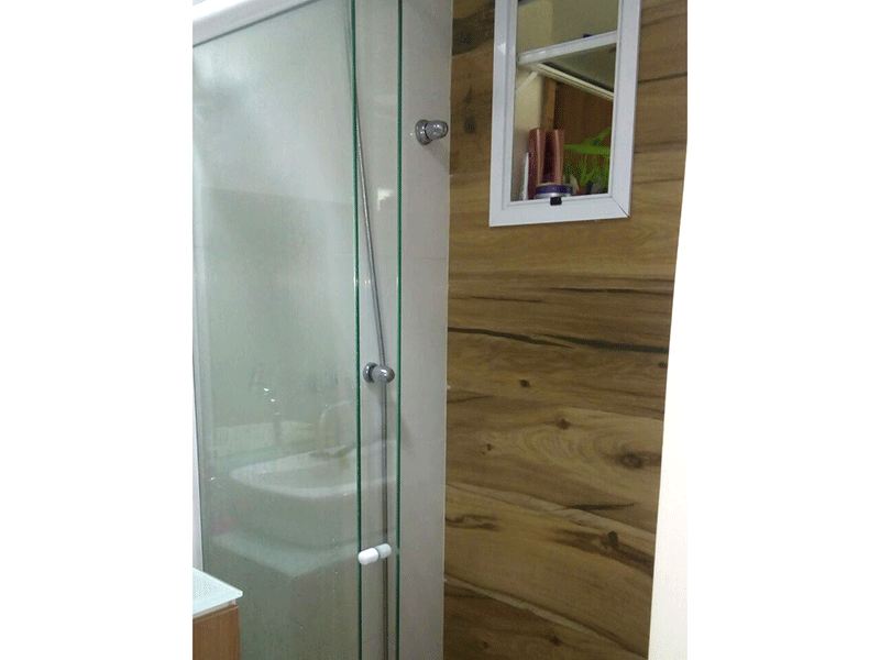 Sacomã, Apartamento Padrão-Banheiro social e da suíte com piso de porcelanato, pia com cuba sobreposta com gabinete e box de vidro.