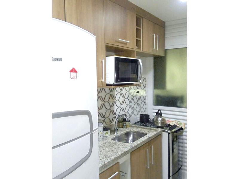 Sacomã, Apartamento Padrão-Cozinha com piso de porcelanato, pia de granito com gabinete, teto com iluminação embutida, armários planejado e porta de alumínio com vidro na passagem para a área de serviço.