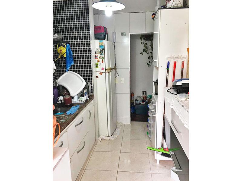 Sacomã, Apartamento Padrão-Cozinha integrada com a área de serviço, piso de cerâmica, armários planejados, gabinete e pia de granito.