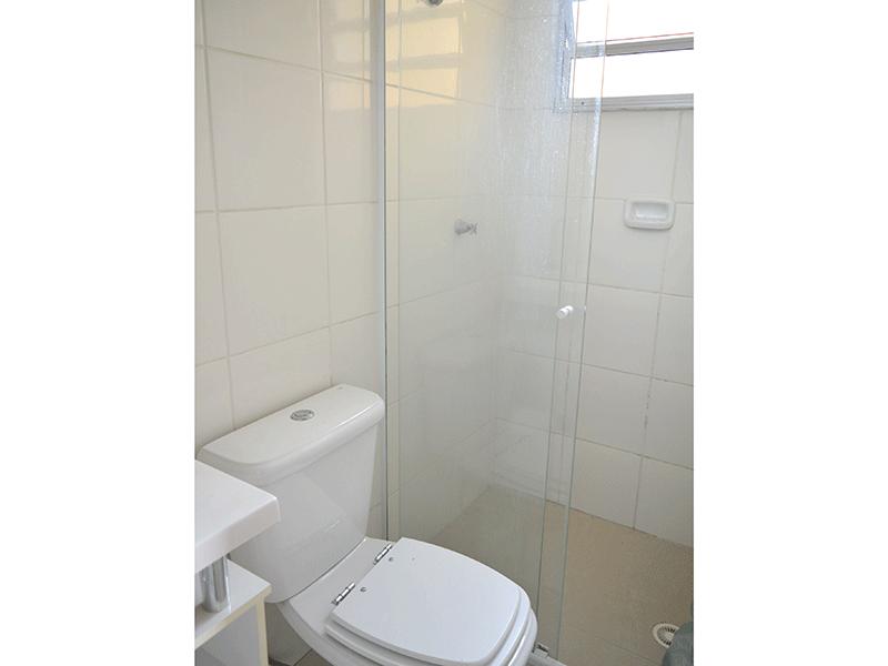 Sacomã, Apartamento Padrão-Banheiro social com piso de porcelanato, pia com cuba sobreposta, gabinete, box de vidro.