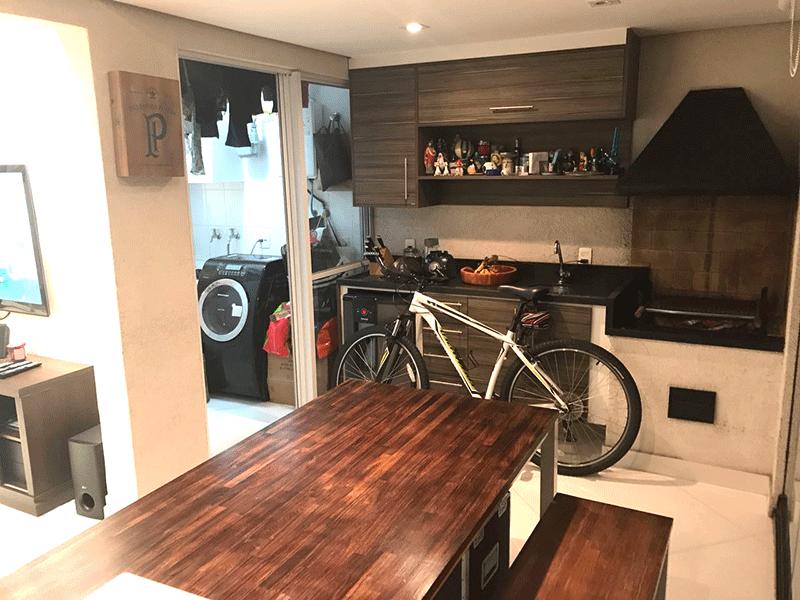 Ipiranga, Apartamento Padrão-Varanda envidraçada com piso de porcelanato, pia de granito com gabinete, churrasqueira e tela de proteção.