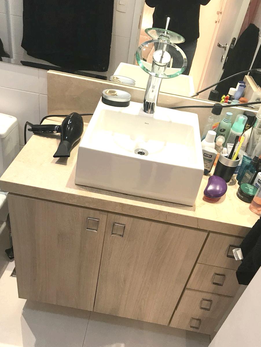 Ipiranga, Apartamento Padrão-Banheiro da suíte com piso de porcelanato, pastilhas, pia com cuba sobreposta e gabinete.