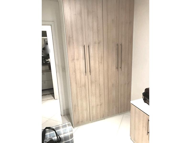 Ipiranga, Apartamento Padrão-Dormitório com piso de porcelanato, teto com moldura de gesso e armários.