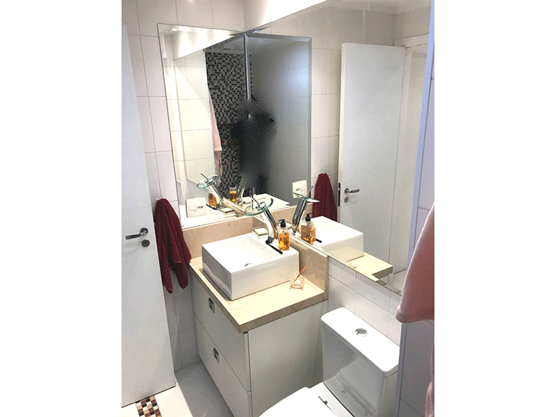 Ipiranga, Apartamento Padrão-Banheiro social com piso de porcelanato, pastilhas, pia com cuba sobreposta e gabinete.