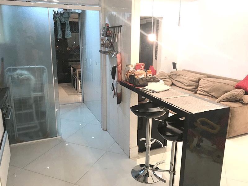 Ipiranga, Apartamento Padrão-Cozinha com piso de porcelanato, pia de granito com gabinete, armários planejados e porta de vidro na passagem para a área de serviço.