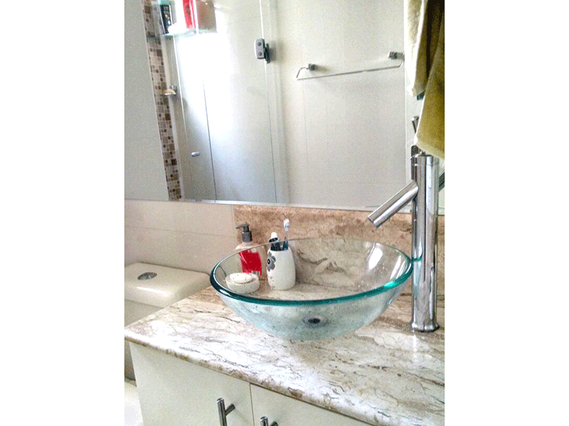 Sacomã, Apartamento Padrão-Banheiro com piso de porcelanato, pia com cuba de vidro sobreposta, gabinete, pastilhas e box de vidro.