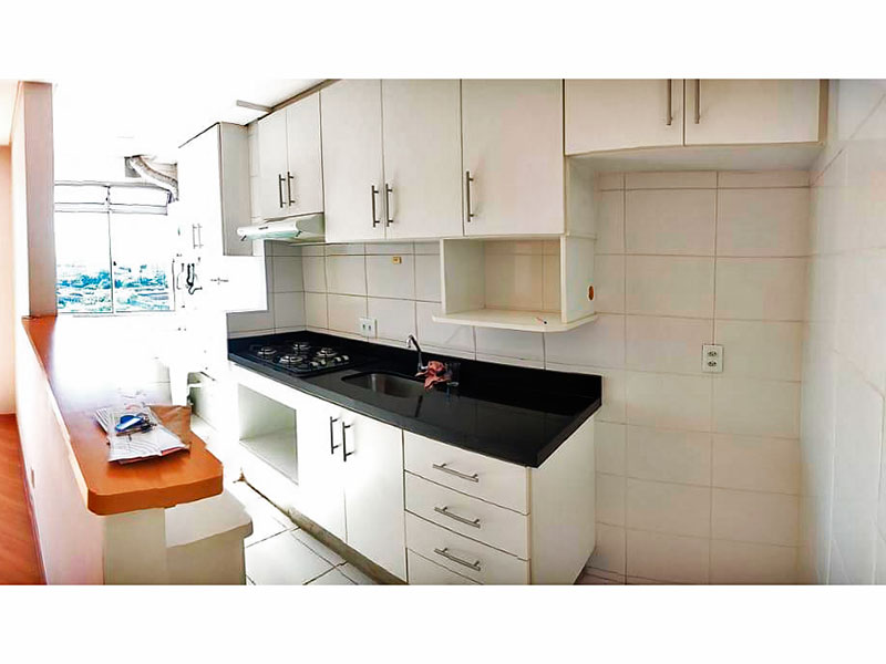 Sacomã, Apartamento Padrão-Cozinha americana integrada com a área de serviço, com piso de cerâmica, teto com sanca, armários planejados, gabinete, cooktop e pia de granito.