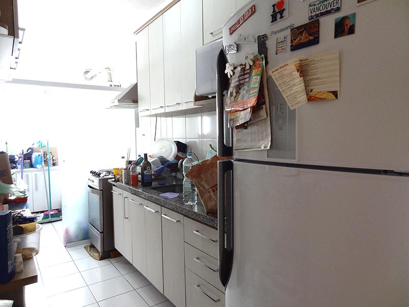 Jabaquara, Apartamento Padrão-Cozinha com piso cerâmica, pia de granito, armários planejados, teto com moldura de gesso e porta de vidro na passagem para área de serviço.
