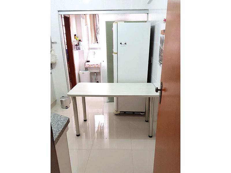 Ipiranga, Apartamento Padrão-Cozinha com piso de porcelanato, pia de granito, armários planejados e porta de vidro na passagem para a área de serviço.