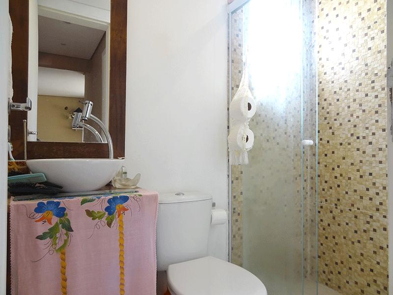 Ipiranga, Apartamento Padrão-Banheiro social com piso de porcelanato, cuba sobreposta e box de vidro.