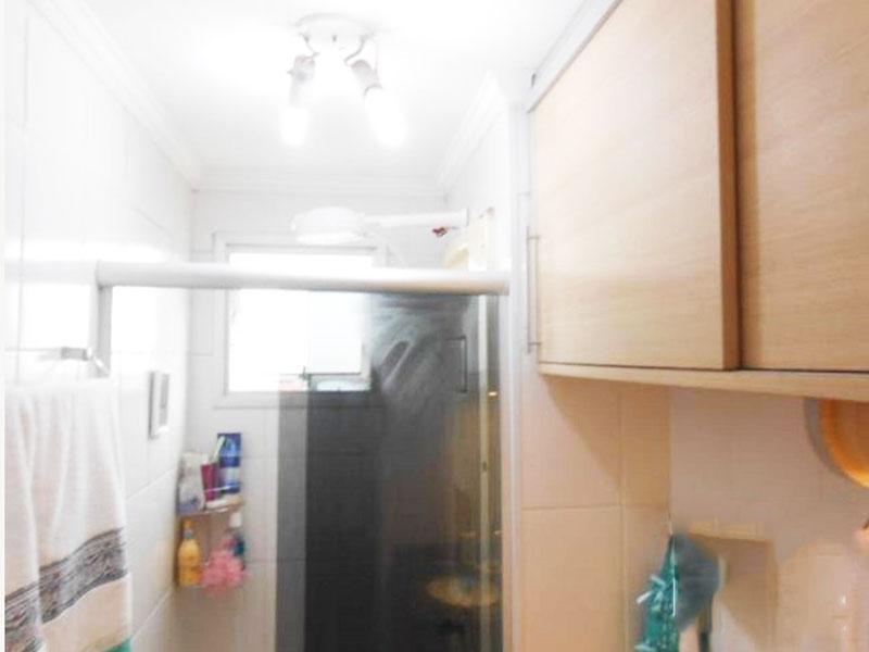 Jabaquara, Apartamento Padrão-Banheiro com piso de cerâmica, pia de granito com gabinete e box de vidro.
