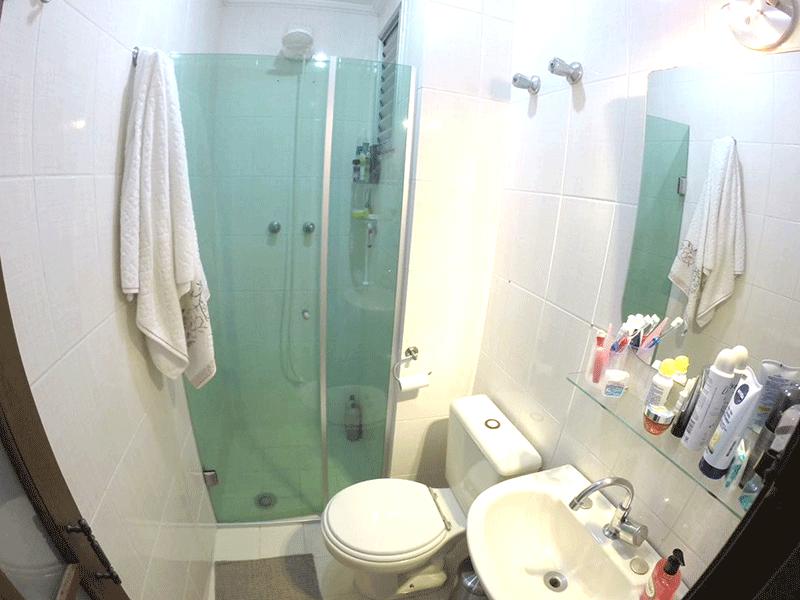 Sacomã, Apartamento Padrão-Banheiro social com piso de cerâmica, pia de porcelana, box de vidro e teto com moldura de gesso.