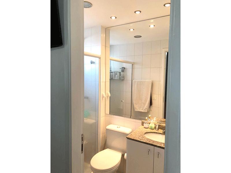 Ipiranga, Apartamento Padrão-Banheiro da suíte com piso de cerâmica, pia de granito e box de vidro.