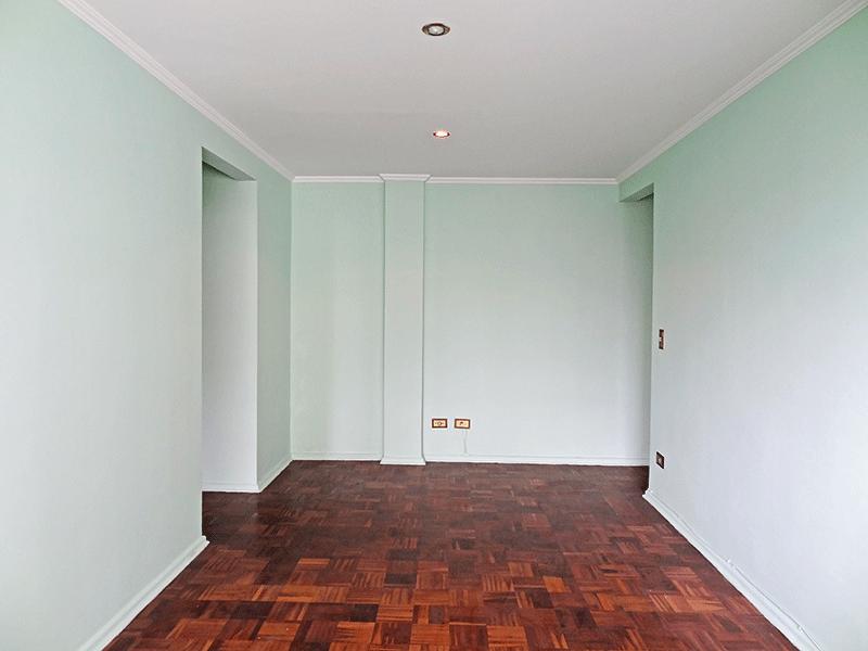 Ipiranga, Apartamento Padrão-Sala retangular com piso de madeira e teto com moldura de gesso.