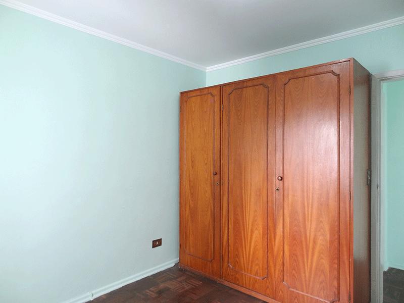 Ipiranga, Apartamento Padrão-1º dormitório com piso de madeira, armário embutido e teto com moldura de gesso.