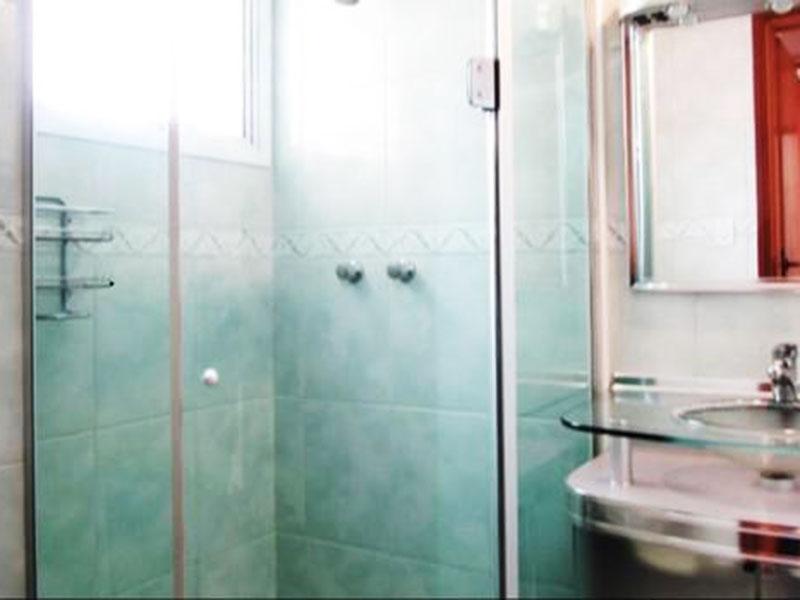 Sacomã, Apartamento Padrão-Banheiro da suíte com piso de cerâmica, pia com gabinete e box de vidro.