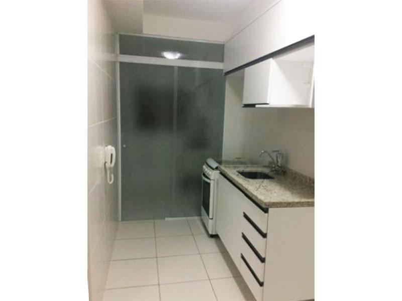 Ipiranga, Apartamento Padrão-Cozinha com piso de cerâmica, pia de granito com gabinete, armários planejados e porta de vidro na passagem para a área de serviço.