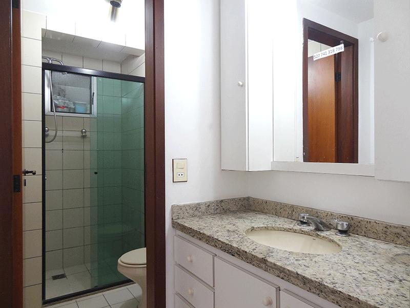 Ipiranga, Apartamento Padrão-Banheiro social com piso de cerâmica, pia de granito externa, gabinete e box de vidro.