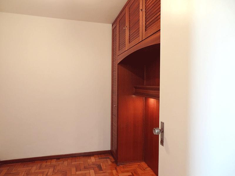 Ipiranga, Apartamento Padrão-1º dormitório com piso de madeira e armários planejados (dormitório dividido por um armário e utilizado como 2º dormitório).