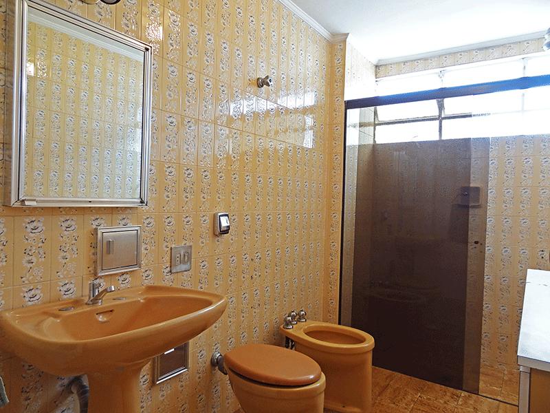 Ipiranga, Apartamento Padrão-Banheiro social com piso de cerâmica, teto com moldura de gesso e box de vidro.